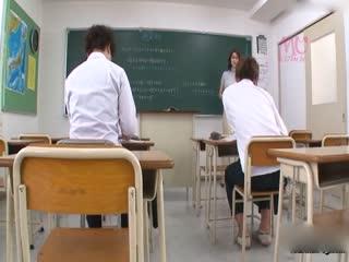 [中文]今年有重要的升學考試,連平常都不唸書的我也收心開始努力k書來面對困難的升學考試,但我的班導高橋老師是個超級爆乳,即使她在黑板上寫著重要的數學公式我也很難看得清楚