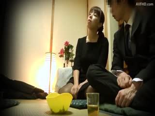 故人三回忌寡妇被…喜欢喝酒的老朋友来祭奠丈夫却一不小心喝醉了和寡妇做爱