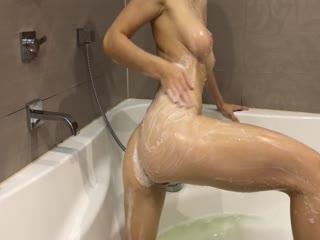 009 Hot Girl Takes a Bath and Masturbates_1080p