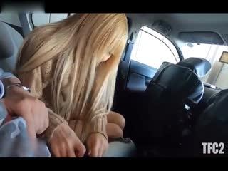 周末见网友直接在车上就玩起了她的无毛嫩逼最后内射...