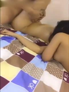 看她和闺蜜躺着被猛男轮流草